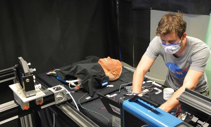 Pracownicy naukowi zOTH Regensburg używają fantomu do badania skuteczności ochronnej masek wwalce przeciwko rozprzestrzenianiu się wirusa COVID-19. Fot.: Rossmann