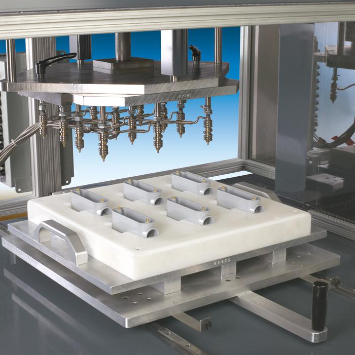 Powyżej znajduje się zbliżenie zestawu narzędzi do montażu końcówek igniazd, zaprojektowanego specjalnie do montażu przewodów elektrycznych pokazanych po lewej stronie