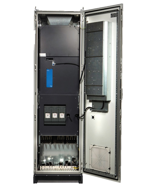 Rys. 2. Wstandardzie VACON 100 posiada sekcję sterowania umieszczoną wosobnym przedziale, zabudowanym na drzwiach szafy