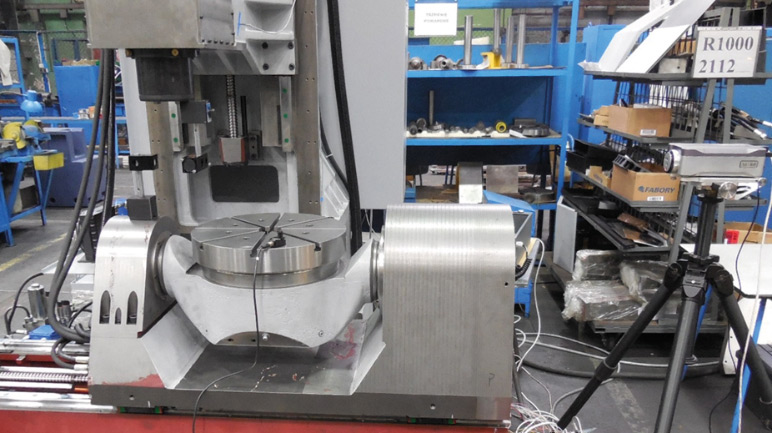 """Rys. 10. Centrum obróbkowe Andrychowskiej Fabryki Maszyn DEFUM SA R1000 """"Baca"""" oraz interferometr laserowy podczas pomiaru wpływu odkształceń cieplnych na dokładność pozycjonowania osi X"""